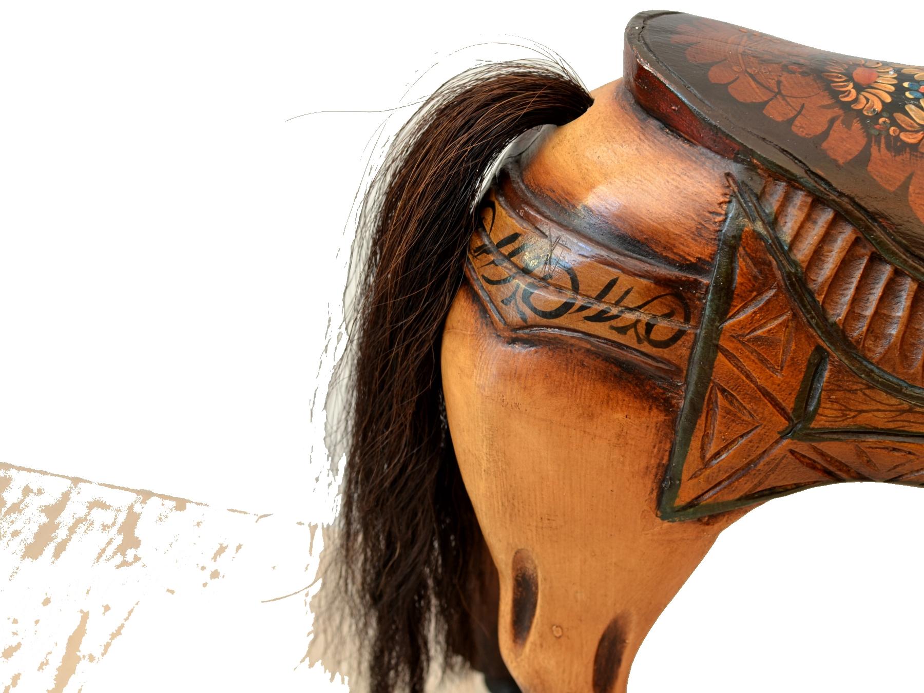 Cal vechi din lemn pictat manual