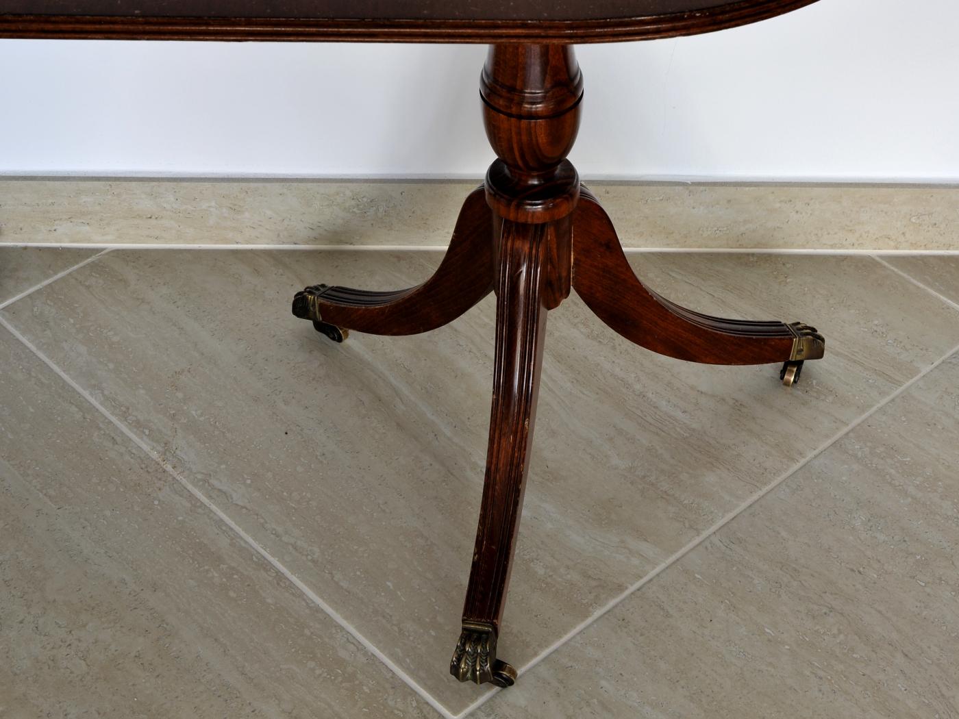 Masuta englezeasca cu 2 picioare din lemn si piele partea superioara.