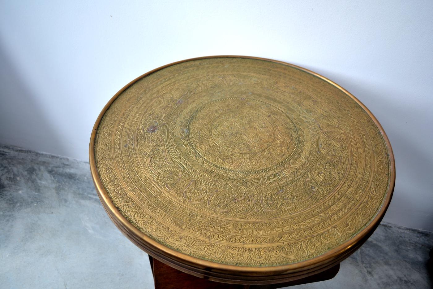 Masuta din lemn masiv si blat de alama cu model.