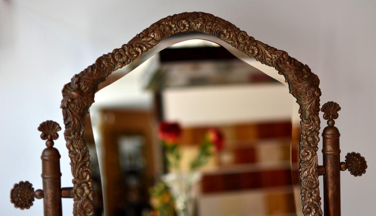Oglinda toaleta din alama presata