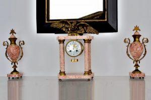 Ceas de semineu empire, cu doua urne, din marmura roz si bronz aurit.