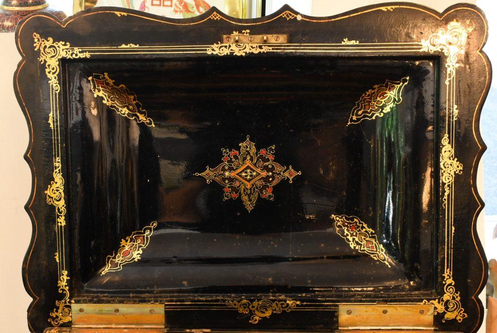 Cutie victoriana din papier-mache cu intarsii din sidef
