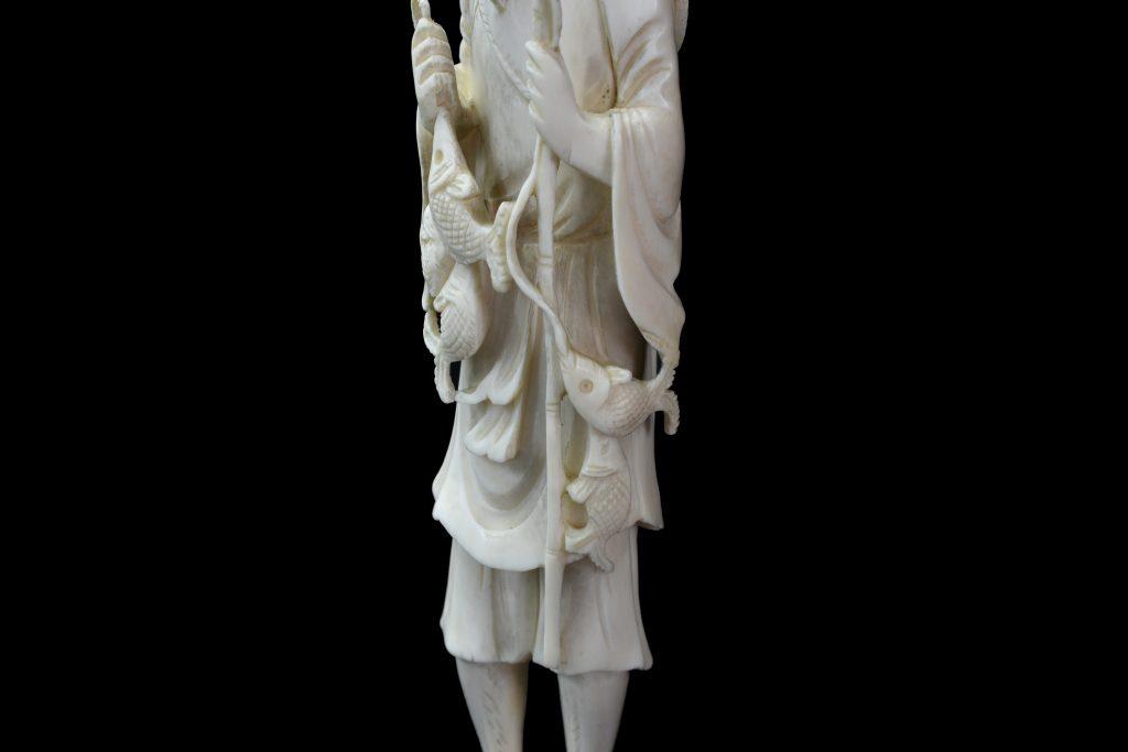 Statuie din fildes pescar cu pesti