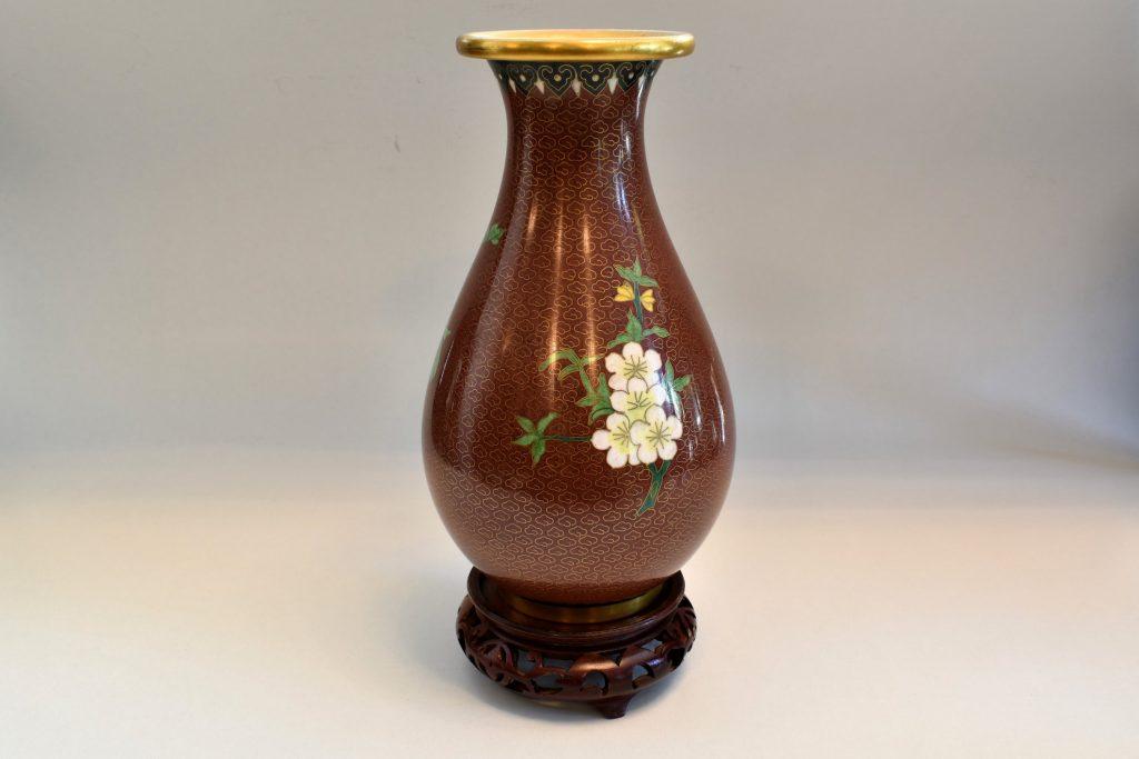 Vaza cloisonne cu flori si suport din lemn