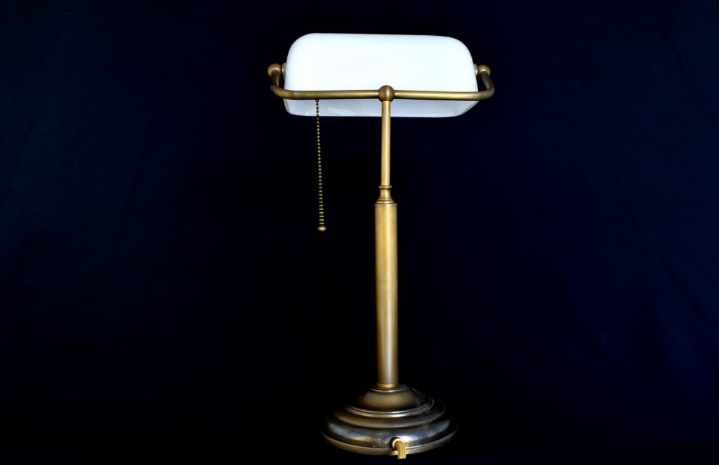 Lampa pentru birou din bronz cu palarie din sticla mata