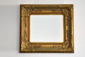 Oglinda cu rama din lemn aurit si geam de cristal