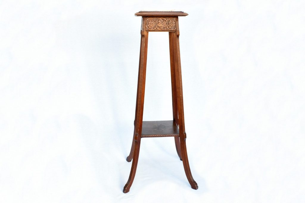 Piedestal cu marmura din lemn de nuc
